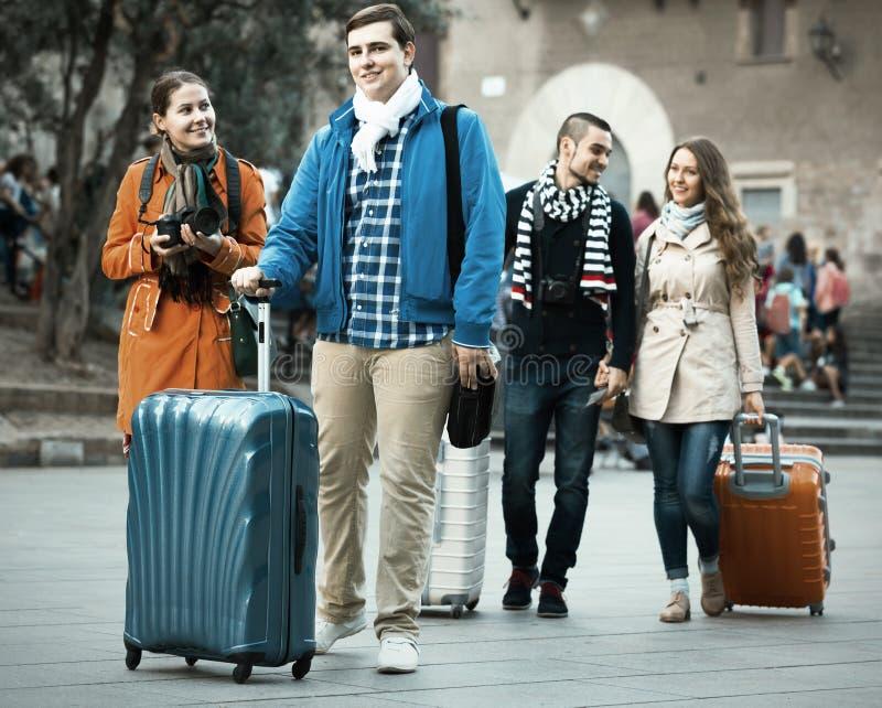 有行李的旅客观光和微笑在秋天的 图库摄影