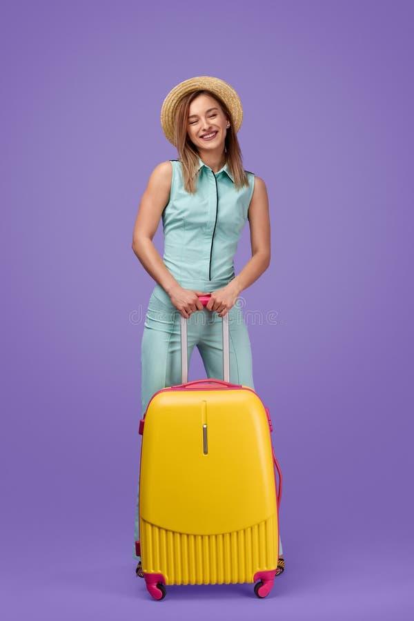 有行李的笑的女性旅客 免版税库存照片