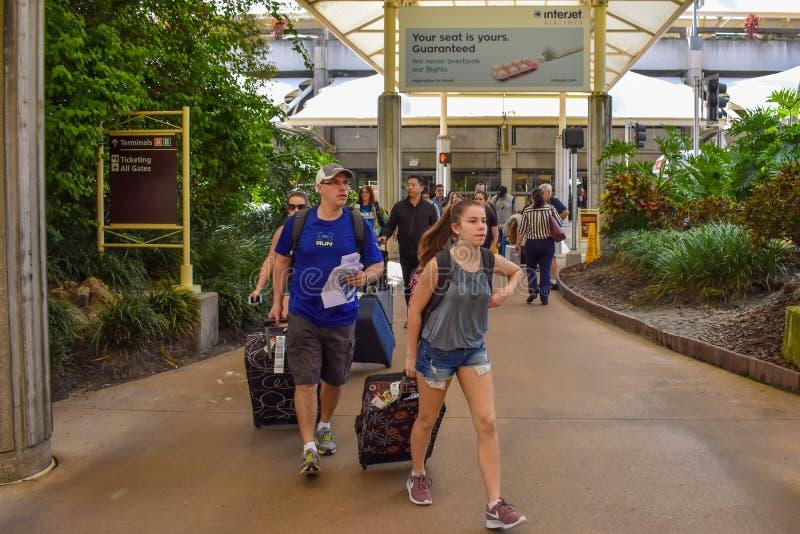 有行李输入的终端的A人们奥兰多国际机场的1 图库摄影