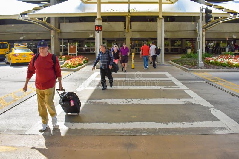 有行李输入的终端的A人们奥兰多国际机场的2 库存图片