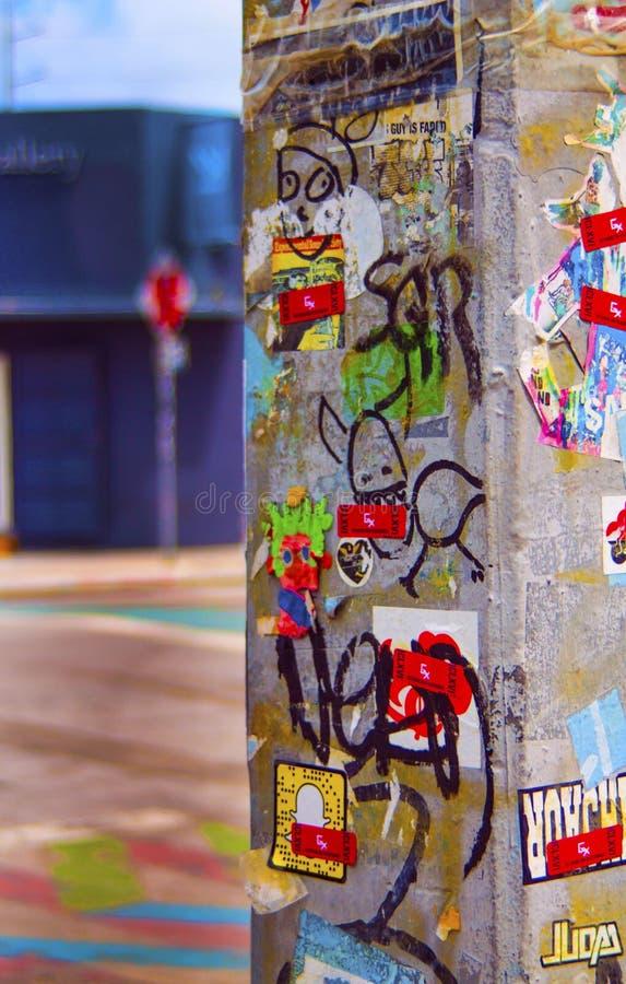 有街道画和贴纸的具体电子灯岗位 免版税图库摄影