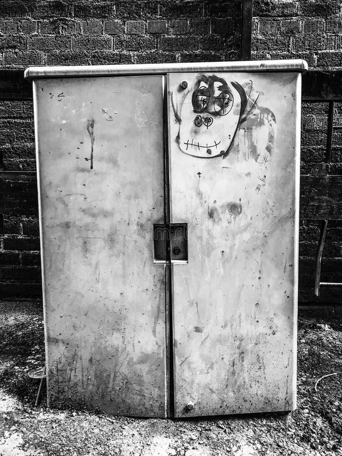 有街道画的一个脏的服务工具箱 库存图片