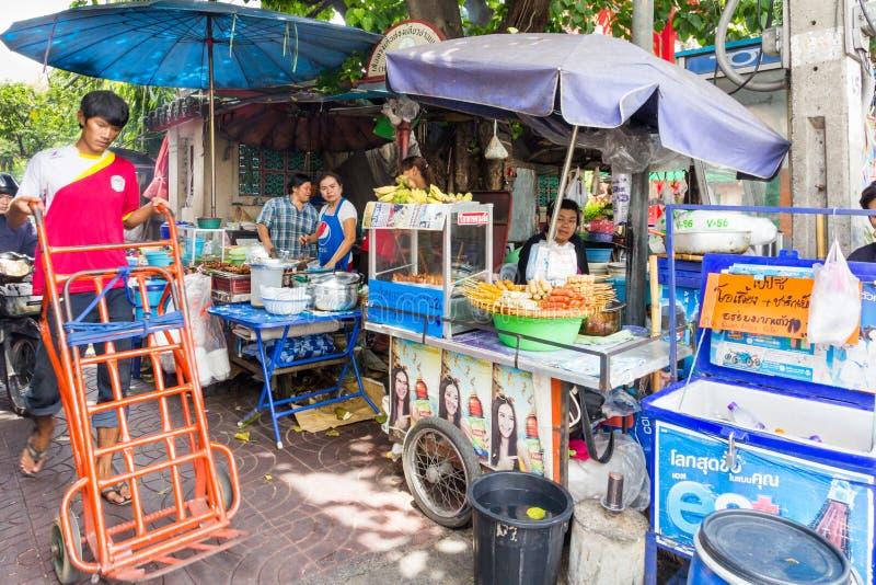 有街道食品厂家的典型的小巷在唐人街,曼谷,泰国 免版税图库摄影