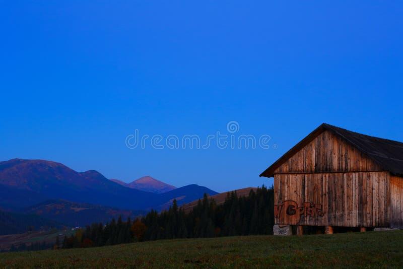 有街道画的木谷仓在背景早晨山 图库摄影