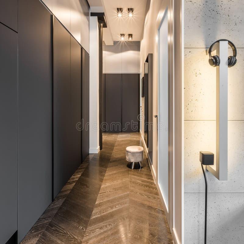 有衣橱的典雅的家庭走廊 免版税库存照片