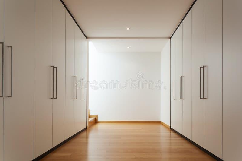 有衣橱的内部,长的走廊 免版税库存图片
