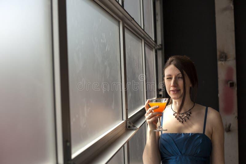 有表情的美丽的少妇在酸饮料以后 免版税库存图片