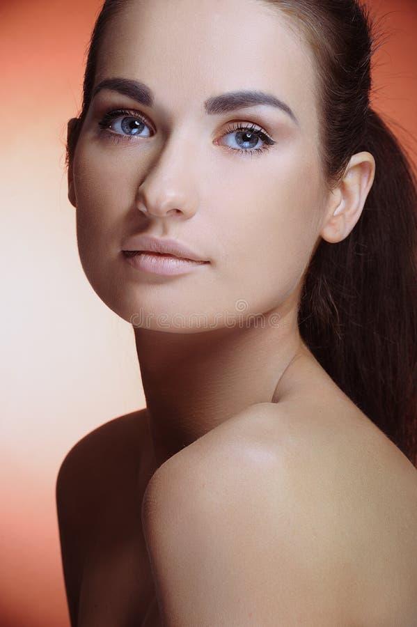 有表面和自然构成理想的健康皮肤的新美丽的女孩  库存照片