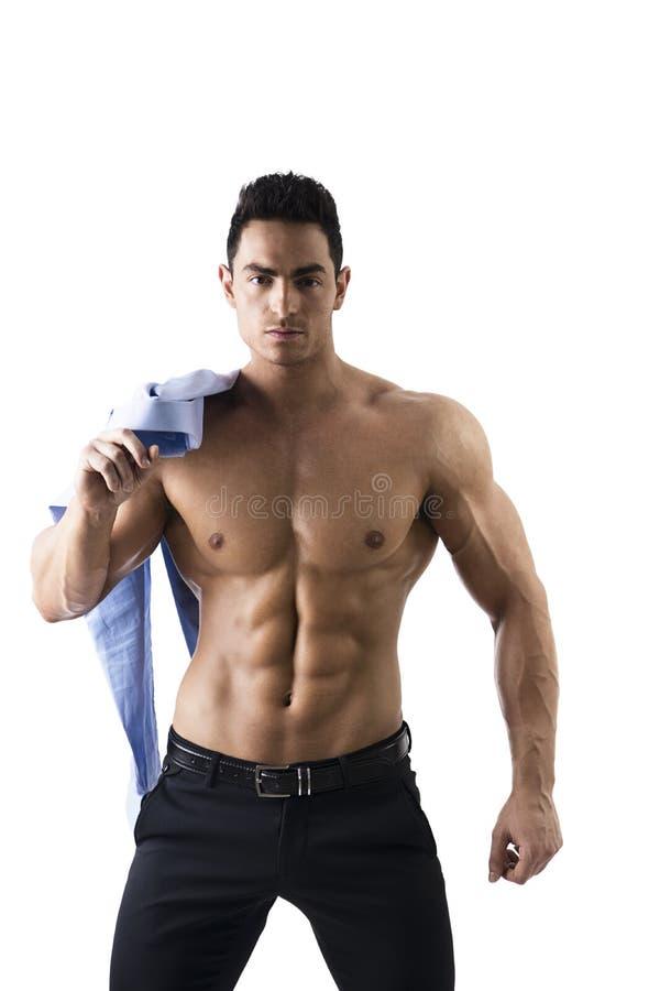 有衬衣的英俊的赤裸上身的肌肉人在肩膀 图库摄影