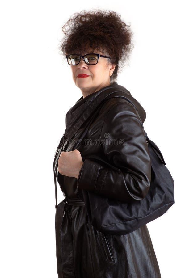 有袋子的可爱的成熟妇女在手中 库存照片