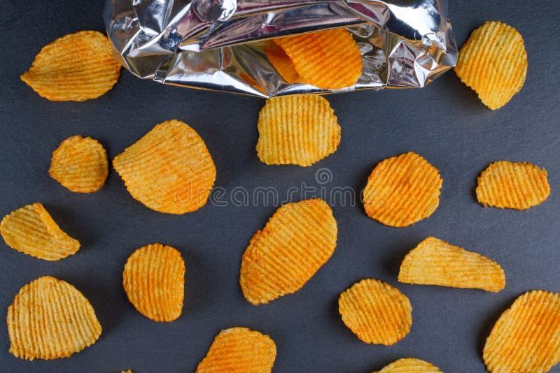 有袋子的,平的位置金黄鲜美薯片 库存照片