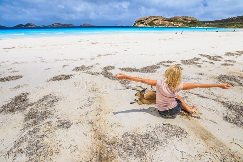 有袋鼠的妇女在幸运的海湾 免版税图库摄影