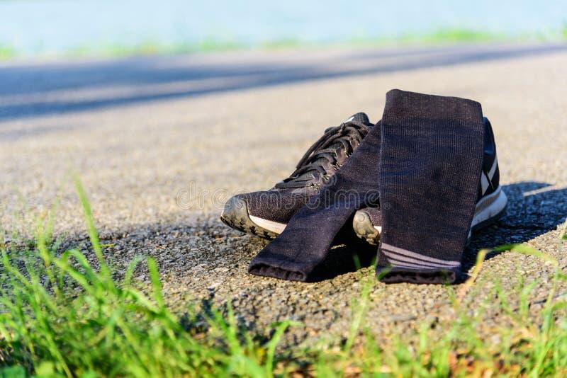 有袖子压缩的跑鞋 免版税库存照片