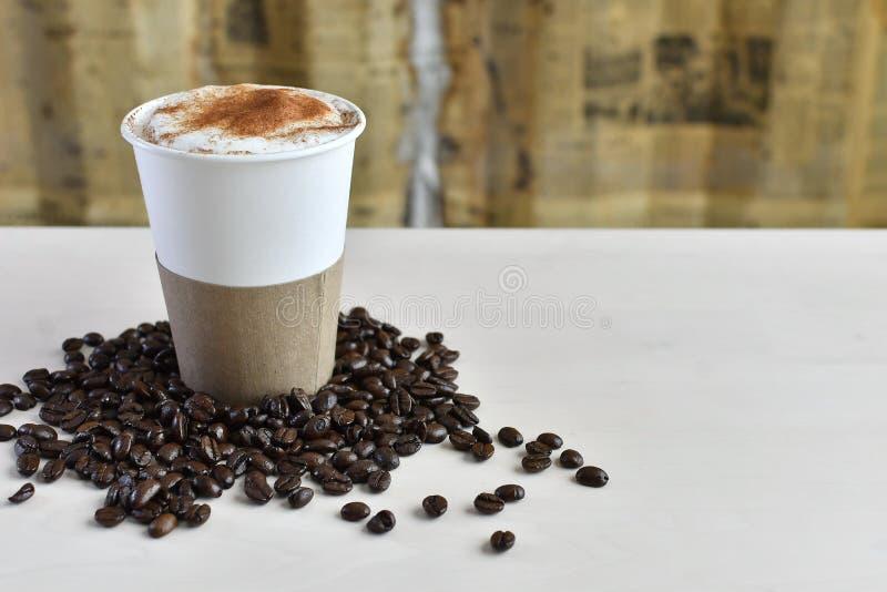 有袖子的5纸咖啡杯 免版税库存图片
