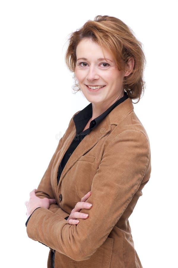 有被交叉的双臂的微笑的女商人 免版税库存照片
