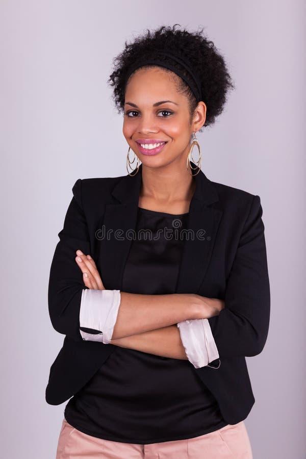 有被交叉的双臂的非裔美国人的妇女 免版税库存照片