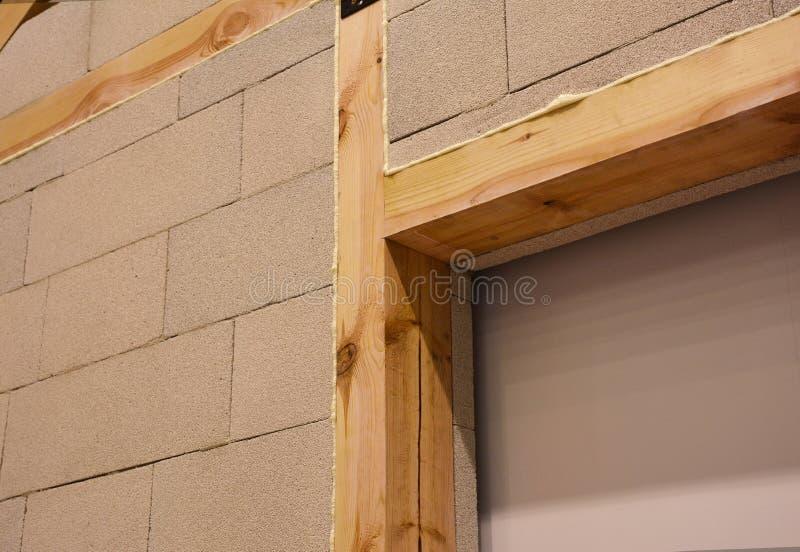 有被供气的具体块的内部房子墙壁建筑与木粱、木楣石和绝缘材料泡沫 免版税库存图片
