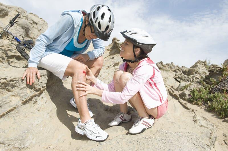有被刮的膝盖的资深妇女 免版税库存照片