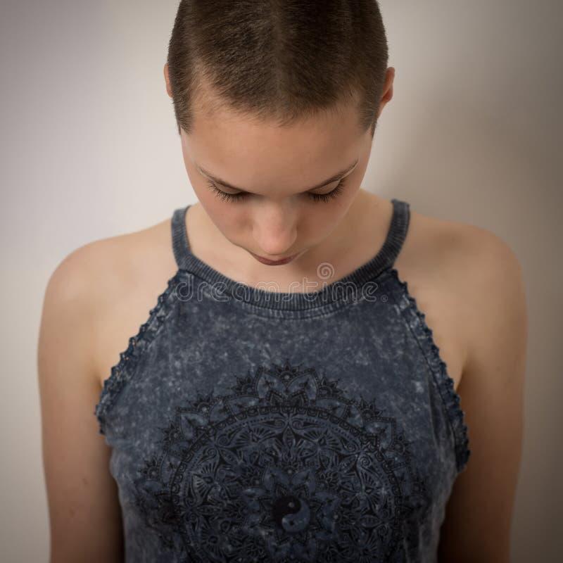 有被刮的头的美丽的年轻十几岁的女孩 免版税库存图片