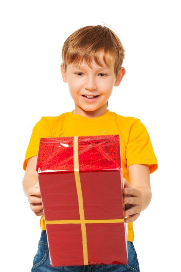 有被包裹的配件箱的惊奇的男孩 免版税图库摄影