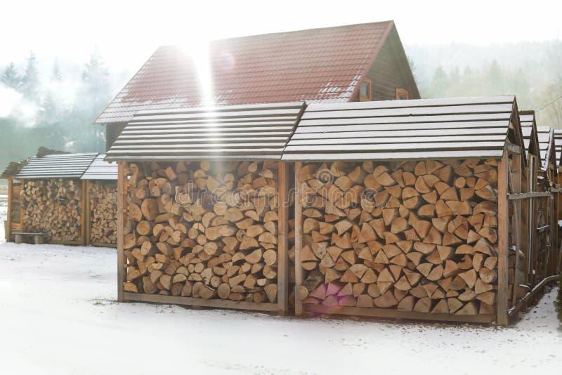 有被堆积的木柴的木棚子户外在好日子 免版税库存照片