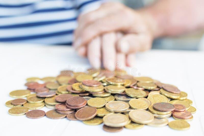 有被堆积的金钱或储款的手 图库摄影