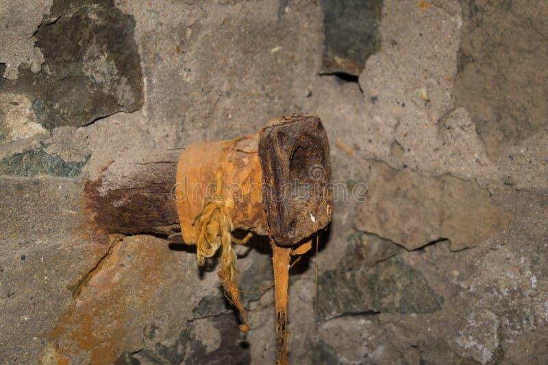 有被安装边缘的老生锈的管子 库存照片