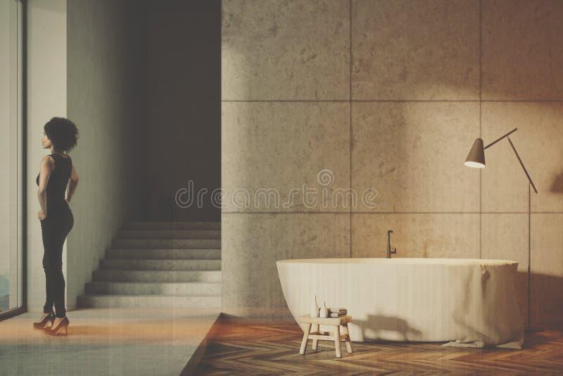 有被定调子的台阶的灰色卫生间 库存照片