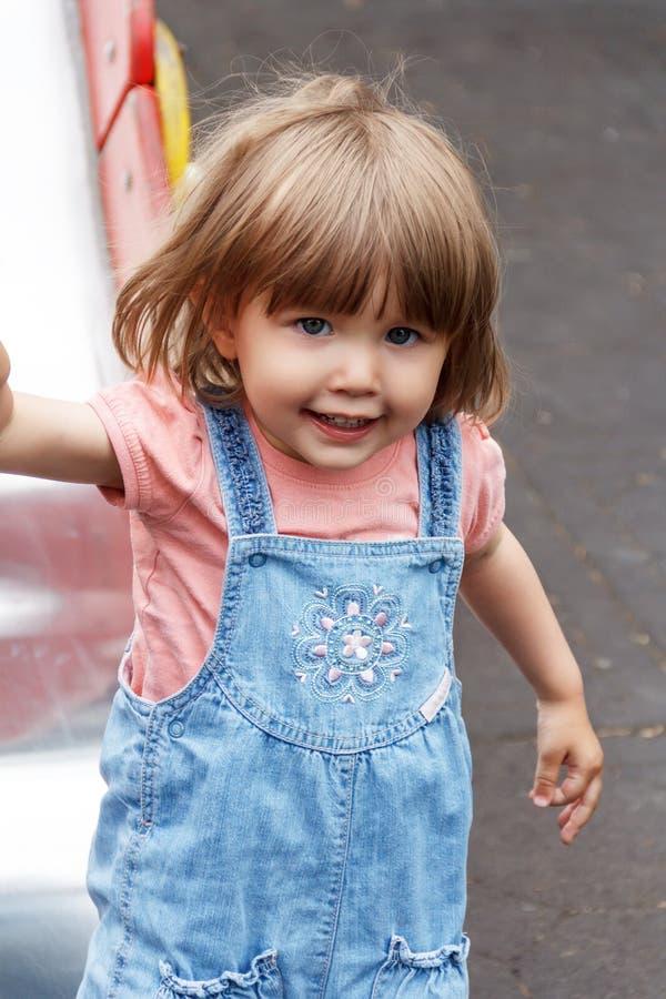 有被弄乱的头发的逗人喜爱的女婴 库存照片