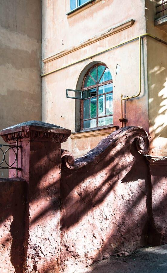 有被成拱形的窗口的议院在老镇 库存照片