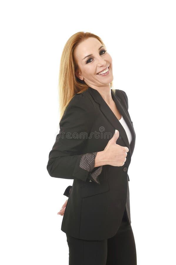 有被折叠的胳膊微笑的公司业务画象可爱的金发女实业家愉快和确信 库存照片