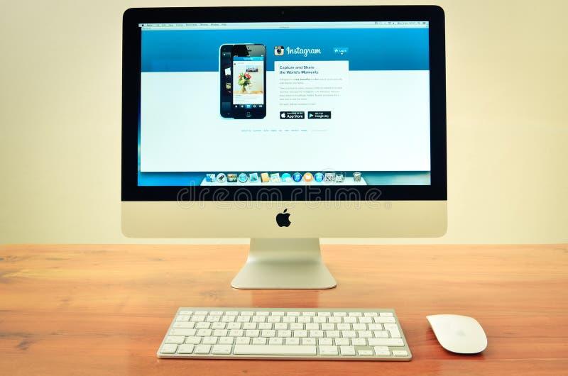 有被显示的instagram网站的Imac计算机 免版税库存图片