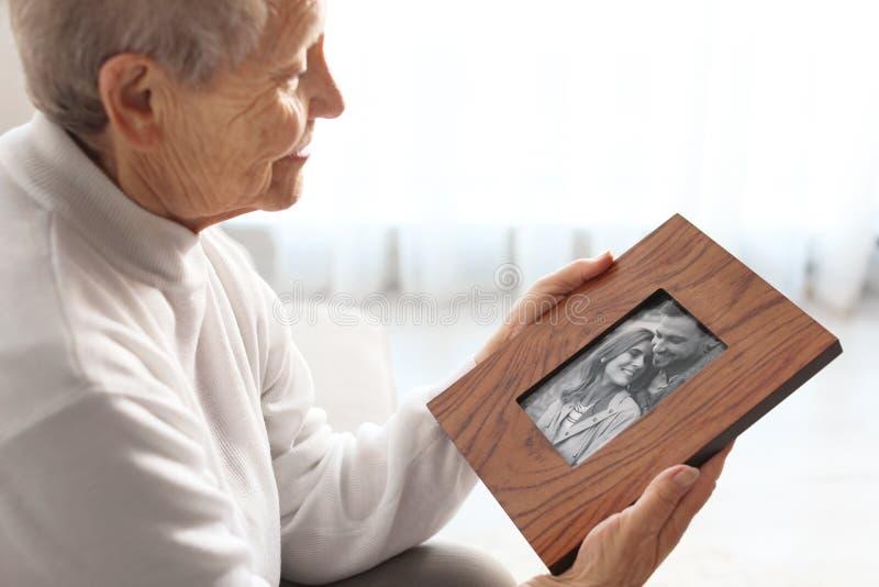 有被构筑的家庭画象的年长妇女 库存照片
