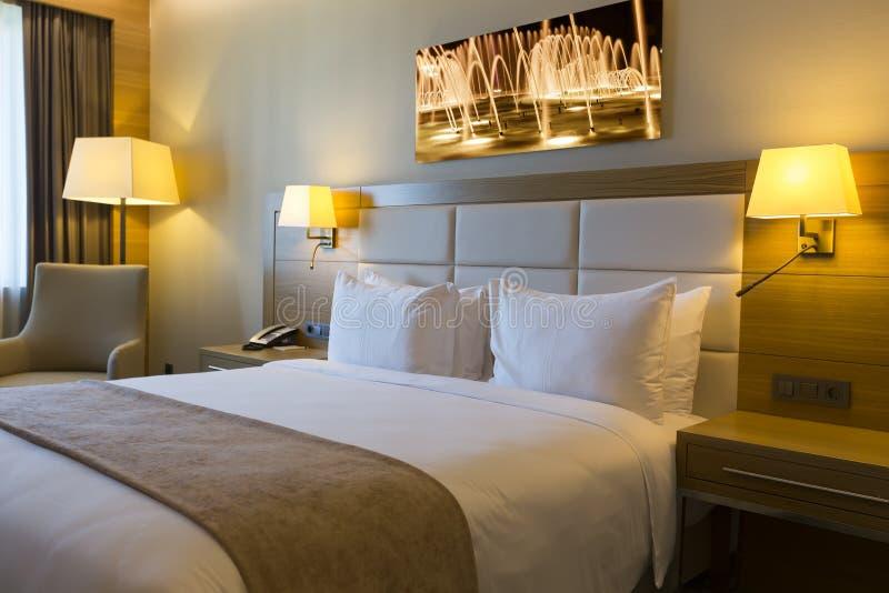 有被构筑的照片的美好的旅馆客房在墙壁上 免版税库存图片