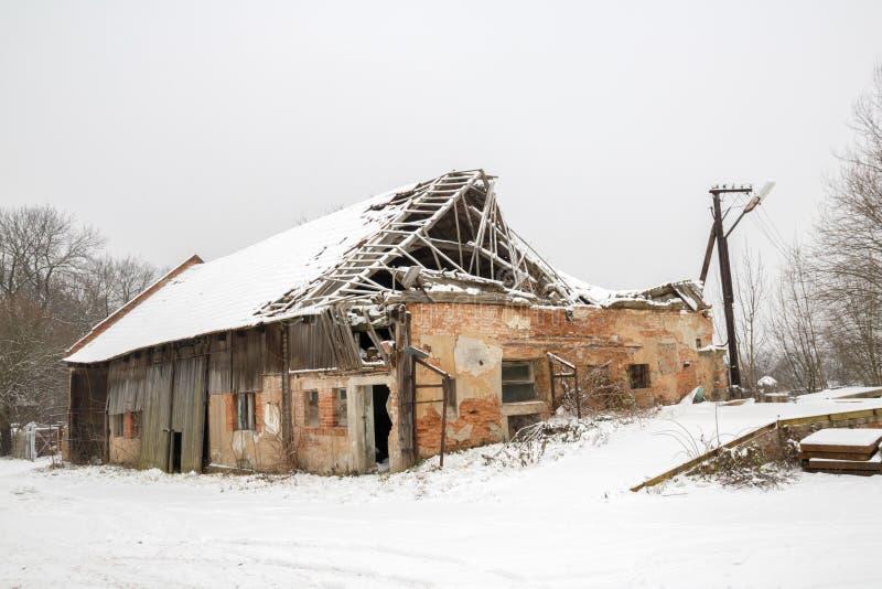 有被毁坏的屋顶的被破坏的房子 库存照片