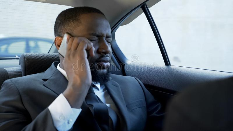 有被注重的人令人不快的电话交谈,婚姻问题,破产 库存照片