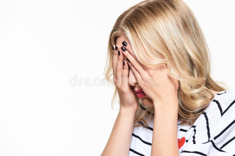 有被注重的被用尽的年轻的女学生强的紧张性头疼 感觉压力和重音 沮丧的学员 库存图片