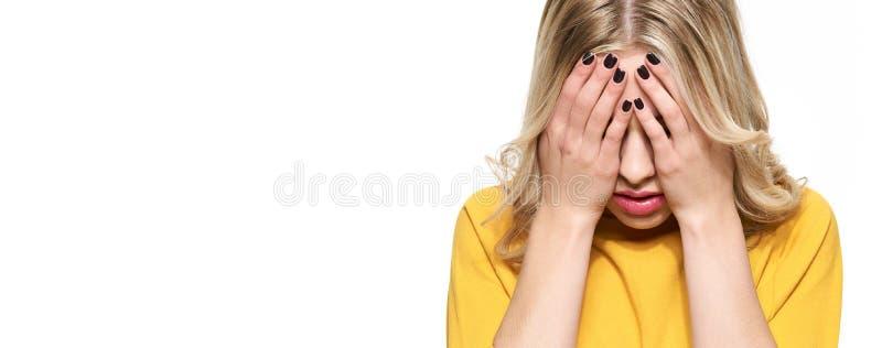 有被注重的被用尽的年轻的女生强的紧张性头疼横幅 感觉压力和重音 沮丧的学员 免版税库存图片