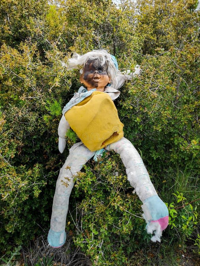 有被烧的面孔的老玩偶 免版税库存图片