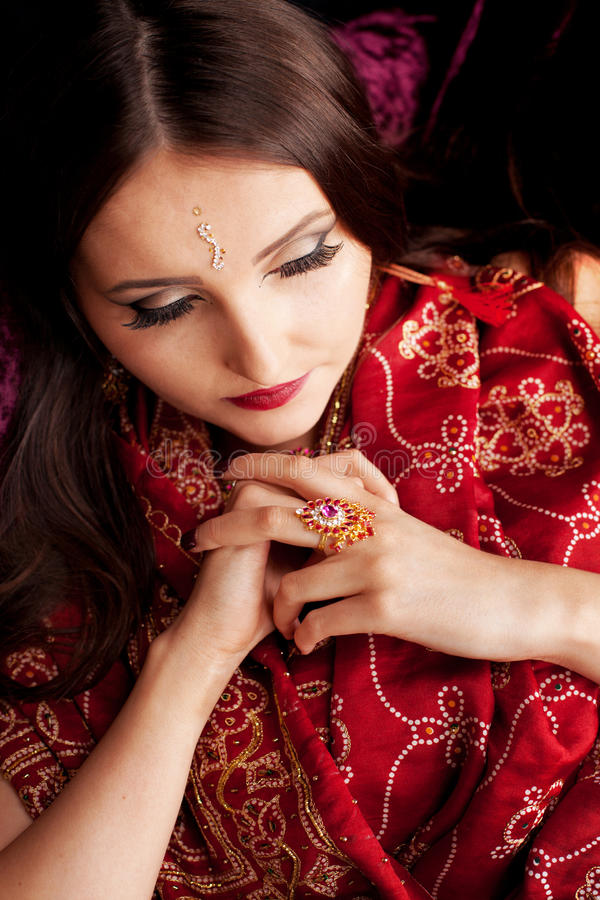 有被熔铸的眼睛的美丽的印地安妇女下来 免版税库存照片