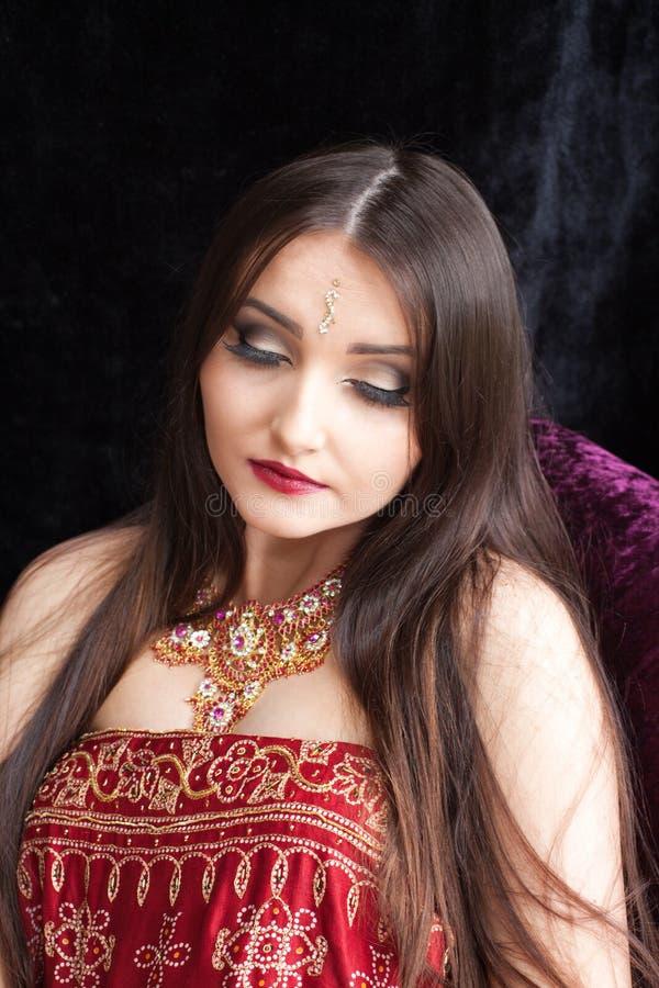 有被熔铸的眼睛的美丽的印地安妇女下来 库存图片