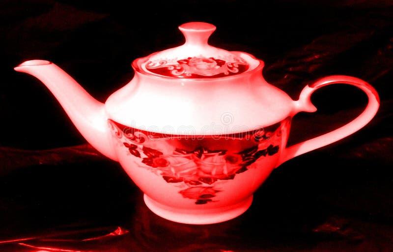 有被绘的玫瑰的白色瓷茶壶在边 黑色背景 库存图片