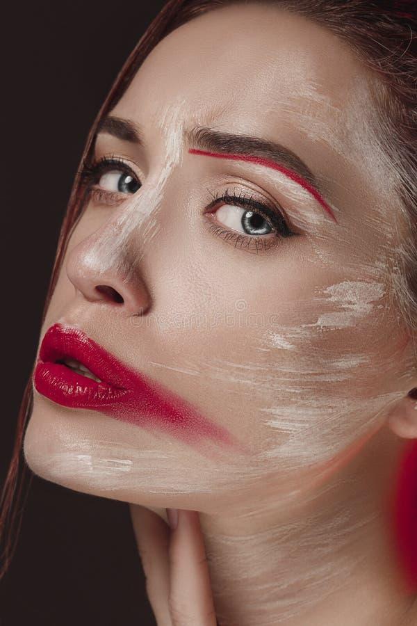 有被绘的色的面孔的时装模特儿女孩 秀丽时尚美丽的妇女艺术画象有五颜六色的摘要的 免版税库存照片
