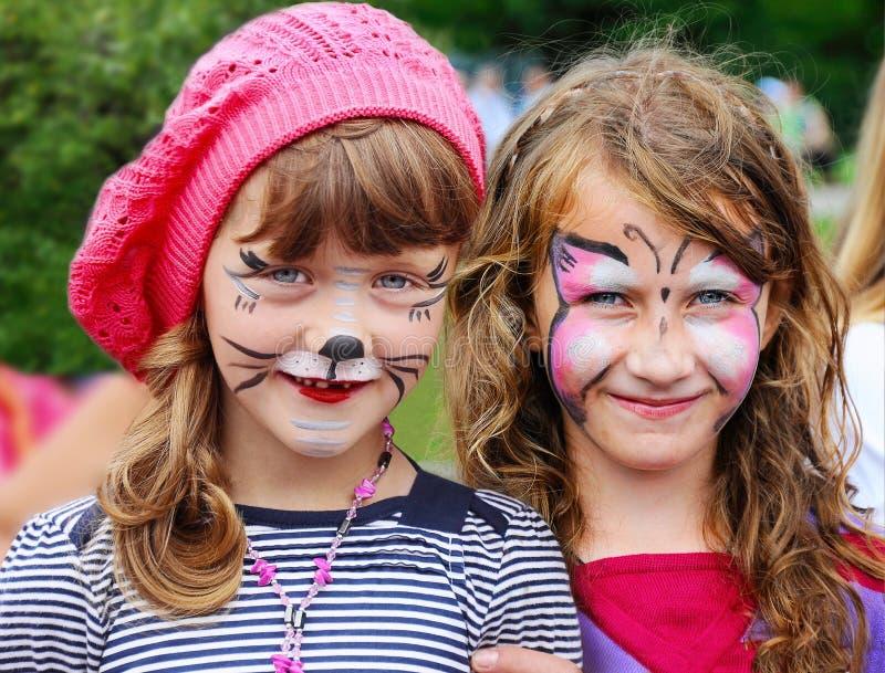 有被绘的面孔的滑稽的小女孩 免版税库存照片