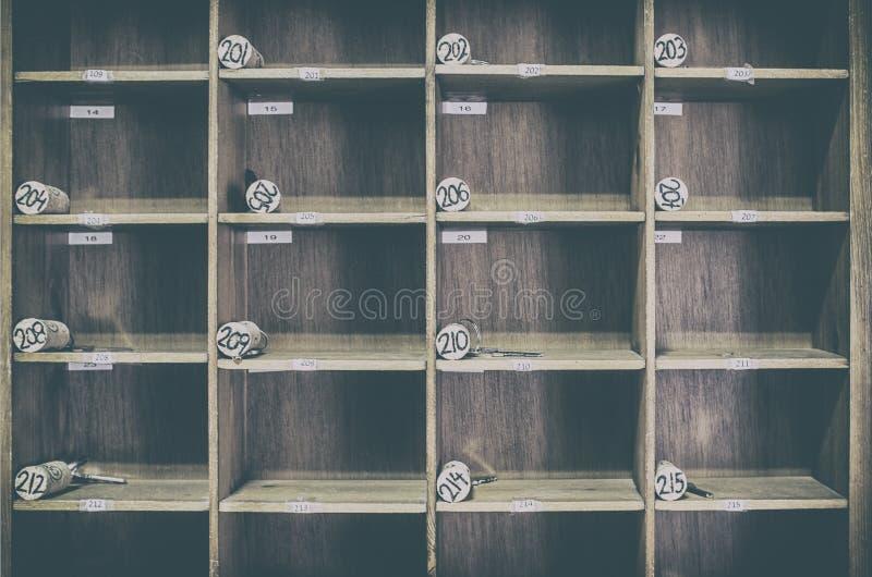 有被编号的黄柏的葡萄酒农村旅馆服务台钥匙机架 免版税库存照片