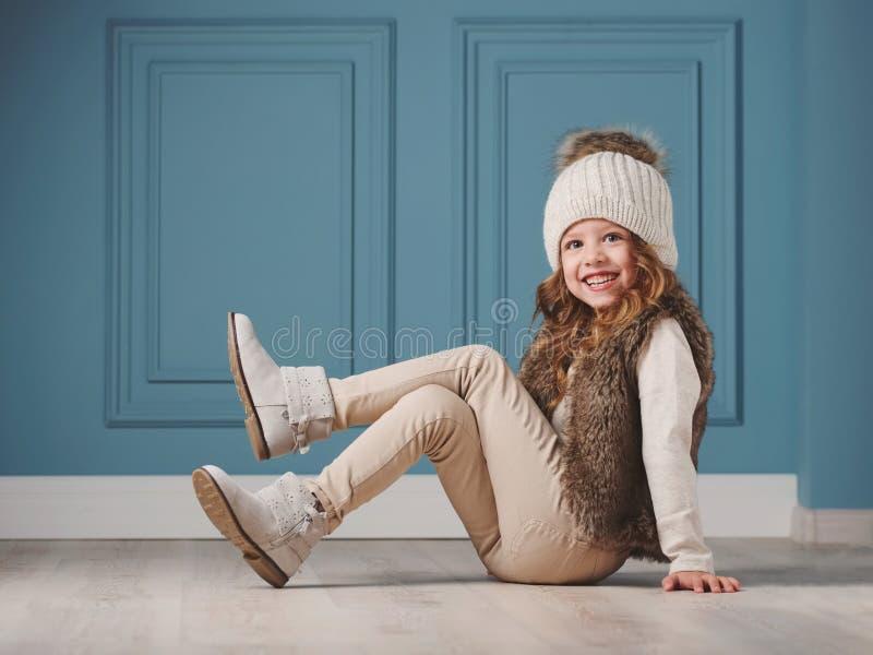 有被编织的帽子的逗人喜爱的小女孩 库存照片