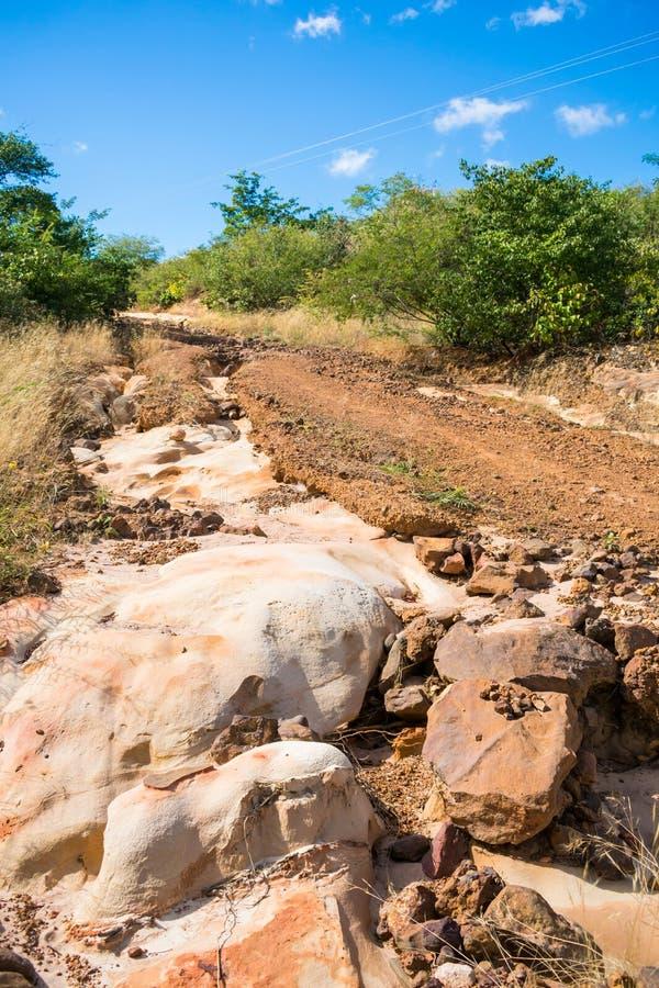 有被腐蚀的土壤的老乡下路和岩石在奥埃拉斯,皮奥伊乡下  库存图片