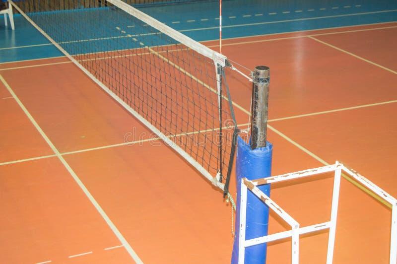 有被舒展的排球网的空的体育馆和法官的一个塔 图库摄影
