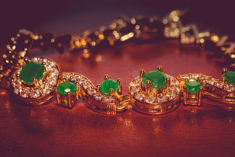 有被过滤的绿宝石的金黄镯子 库存图片