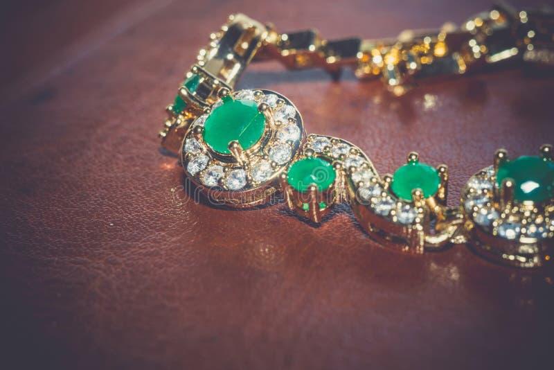 有被过滤的绿宝石的金黄镯子 免版税库存图片